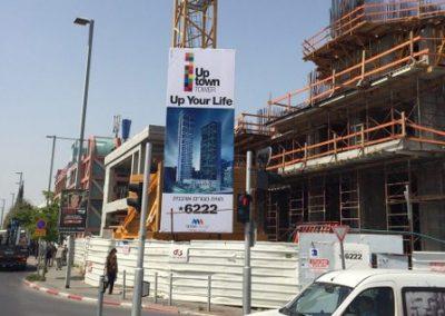 שלט פח עף מנוף באתר בנייה