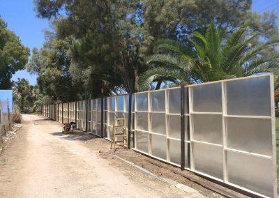 הקמת גדר באתר בניה